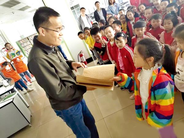 滨河幼儿园孩子走进市图书馆 体验书香氛围 激发