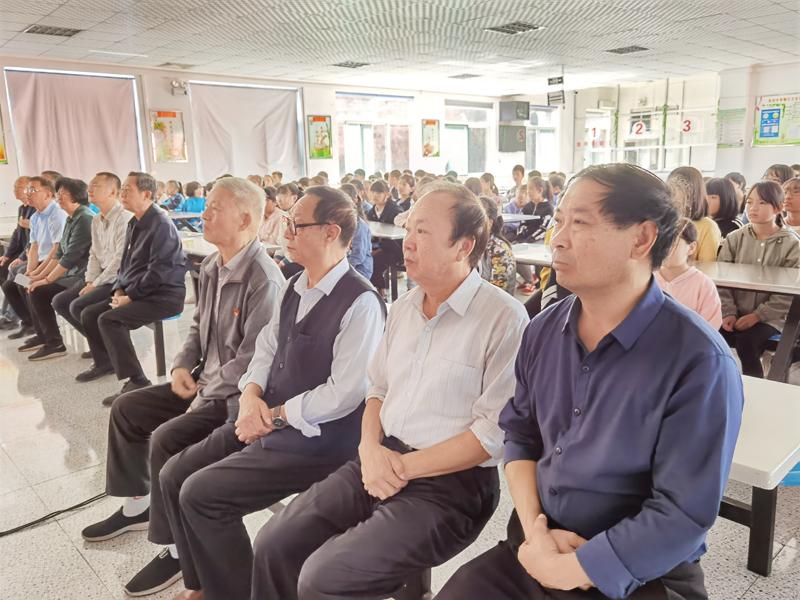 市关工委领导与东回中学师生共同观看纪录片《血债》