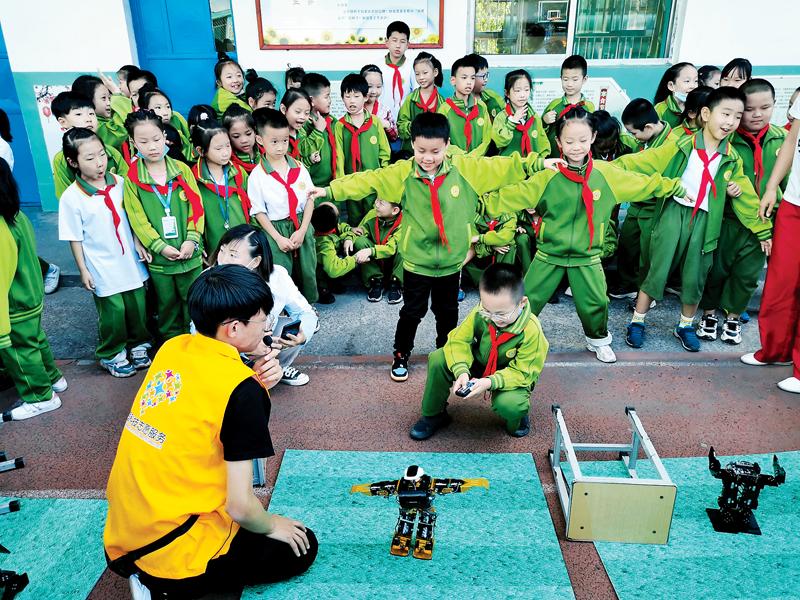 南楼小学学生与科技亲密接触