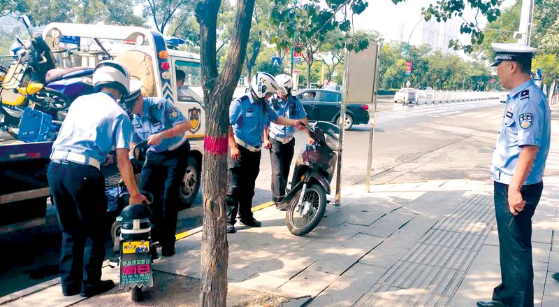 交警一大队:整治道路沿线非机动车乱停乱放违法行为