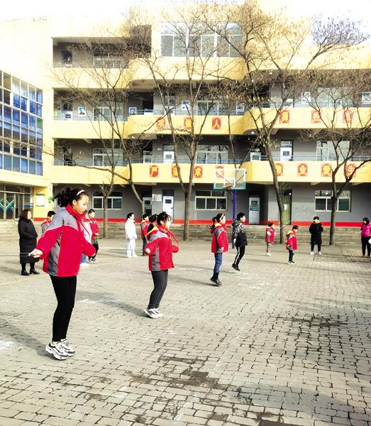 """绳""""舞""""飞扬 健康成长 ——记三泉小学阳光体育大课间活动"""