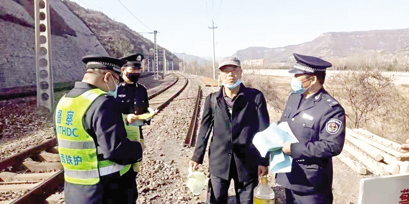 郊区护路办组织巡查石太线沿线重点路段