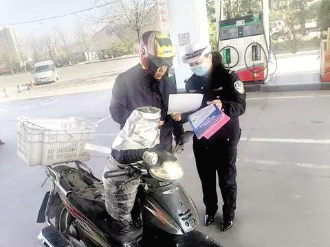 交警一大队民警走进加油站开展宣传