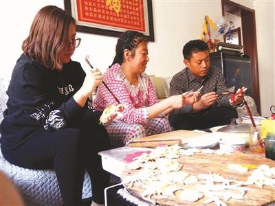 """""""张浩的母亲从上世纪70年代开始制作花馍,为了做好龙凤呈祥的喜盘,曾"""