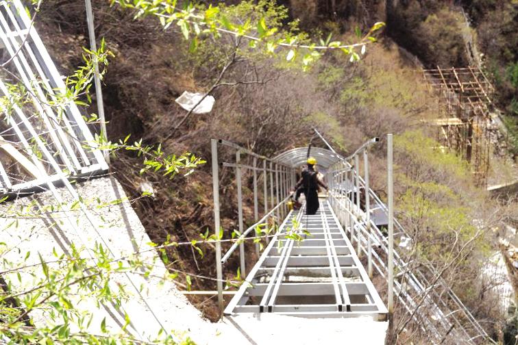 图为即将完工的藏山天门滑道。   近日,记者从藏山风景区获悉,落地于该景区的我省首条全透明高空玻璃森林滑道藏山天门滑道建设工作进入最后冲刺阶段。   藏山天门滑道位于藏山天门顶至悬崖古栈道西侧,全长368米,平均宽度1.2米,整体落差128米,坡度为26度。该滑道采用高规格设计、严标准施工,选用优质钢材、优质夹胶钢化玻璃等建筑材料建造,安全性高。   藏山风景区相关负责人介绍,玻璃滑道不同于玻璃栈道沿山上悬崖而建,更像是玻璃桥一般悬在空中。玻璃滑道集高空极限挑战、休闲娱乐和代步于一身,游客在玻璃滑