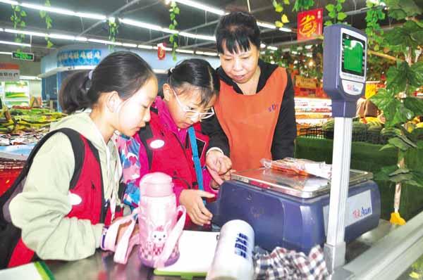 阳泉日报小记者变身超市员工职场初体验