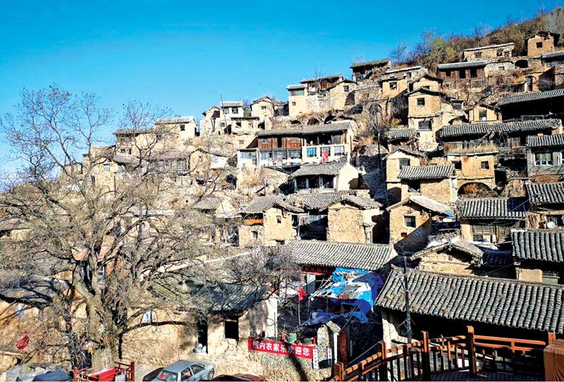 这是一块大山石上的岁月变迁。 在太行山里一块凸起的大山石上,村民们建起了鳞次栉比、不同于当地风格的50余座院落,他们日出而作、日落而息,历经千年。 传统农耕慢生活,让盂县的古老村庄大汖,成了不少城里人心中的诗和远方,这个中国传统村落也被摄影家们称为太行山上的小布达拉宫。但这并不是大汖年轻村民的追求,在这里挣不到钱,上不了学,娶不下媳妇,他们不得不和古村诀别,另谋生路。 居民的流失,让这个千年古村愈发迟暮,宛如现在生活其中的十余位老人。凋敝还是兴旺,这个千岁村庄的路在何方? 小布达