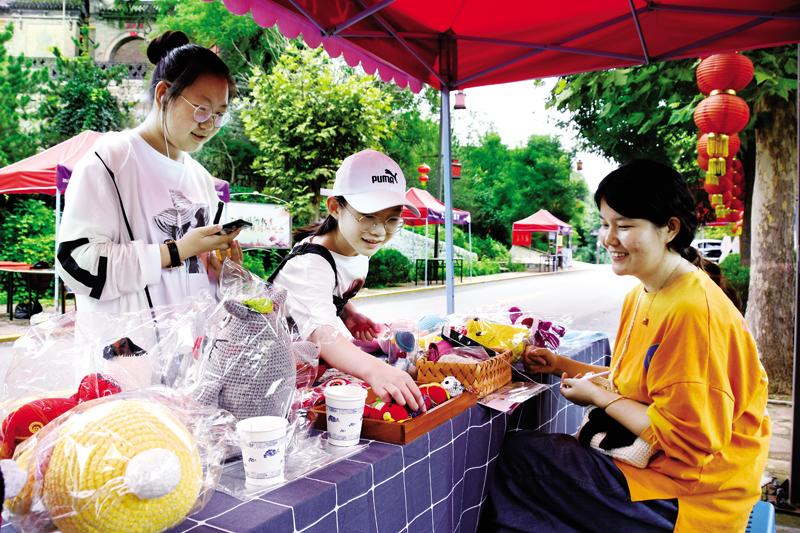 手工艺爱好者苏芯制作的手工艺品走进小河村的文化创意集市