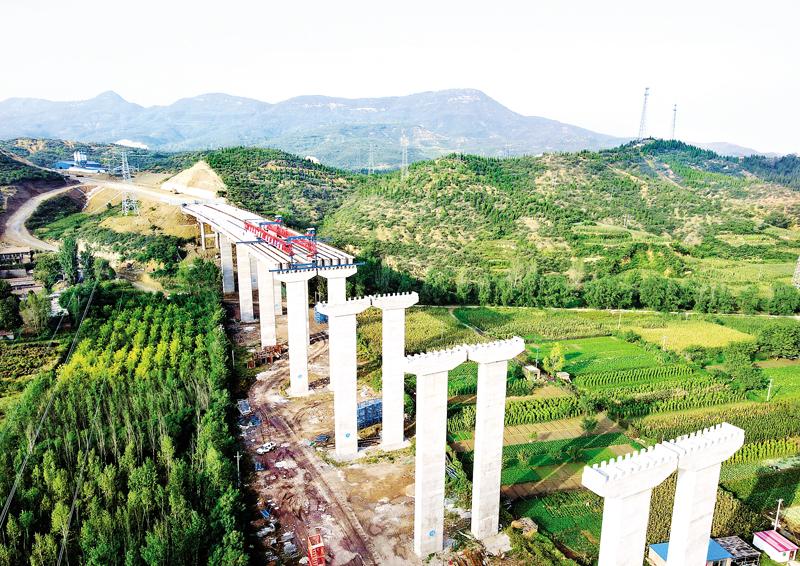 国道307、207线阳泉市绕城改线工程尚怡河大桥T梁正在架设中