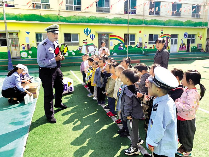"""交警一大队走进幼儿园陪娃 """"话交通、讲安全、做游戏"""