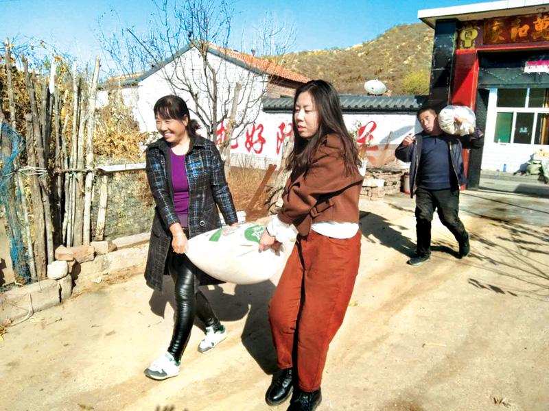 市委办公室组织党员干部到独头村开展消费扶贫活动