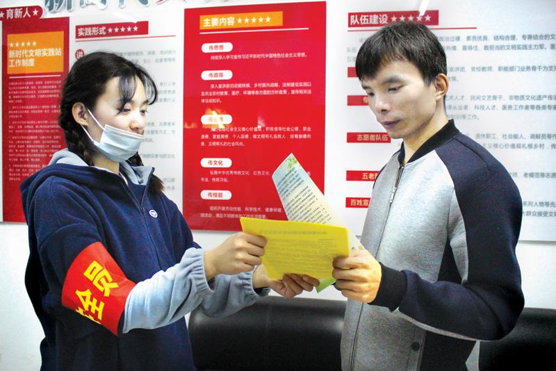 城区阳坡垴社区工作人员在辖区开展冬季防火安全宣传