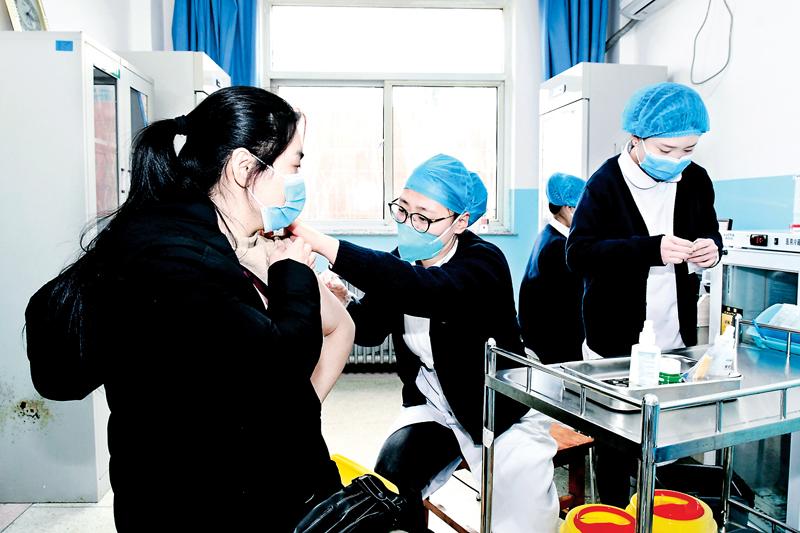 城区上站社区卫生服务中心的医护人员为我市重点人群接种新冠疫苗