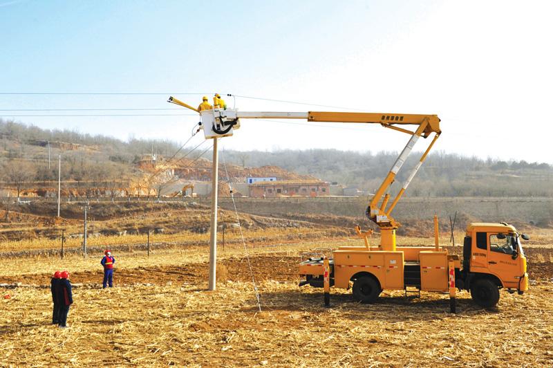 盂县仙人乡獐儿坪村附近10千伏825木口线开展供电线路接火作业