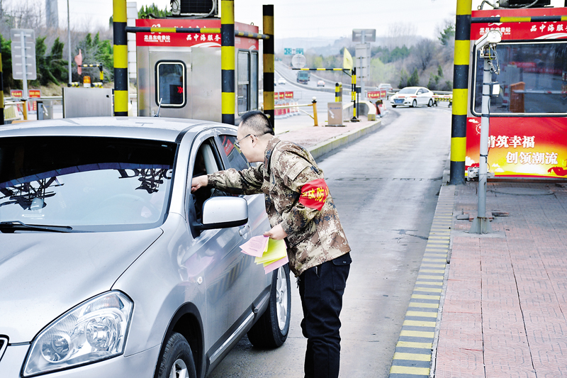 盂县牛村镇半专业森林防火队队员发放宣传资料