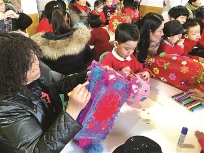 """城区幼儿园开展了""""红红灯笼美,浓浓亲子情""""手工灯笼亲子制作活动."""