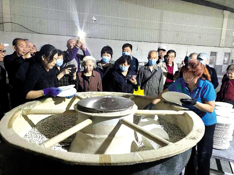 新华东街社区组织辖区老年人走进平定莹玉陶瓷有限公司
