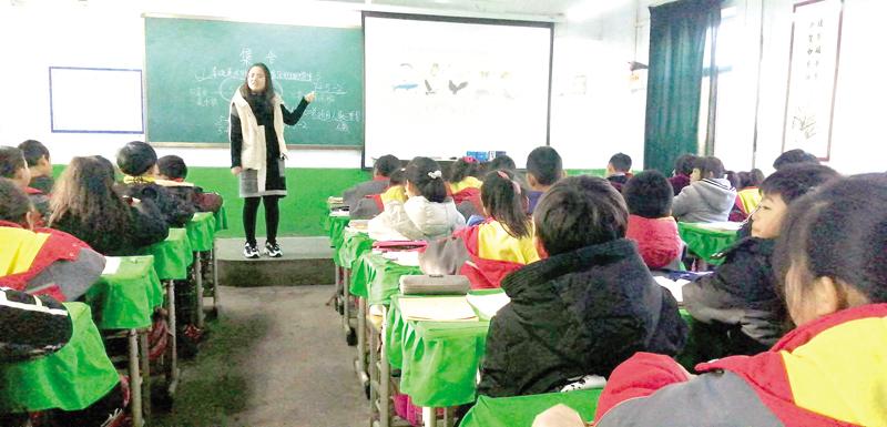 郊区教科局教研员到三泉小学调研